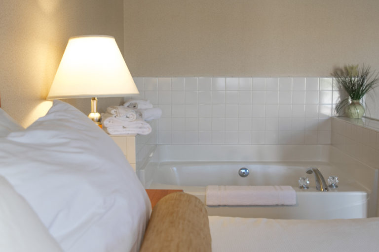 room-queen-jacuzzi-bed-side